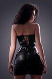 Femme désirée de brunette posant dans le corset en cuir Images stock