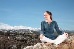 Femme détendant à l'extérieur Images libres de droits