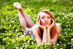 Femme détendant à l'extérieur le sourire Photo libre de droits