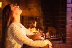 Femme détendant à la cheminée Maison d'hiver Image stock