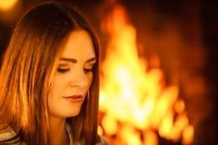 Femme détendant à la cheminée Maison d'hiver Photo libre de droits
