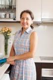 Femme détendant à la cuisine images libres de droits