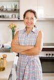 Femme détendant à la cuisine photographie stock