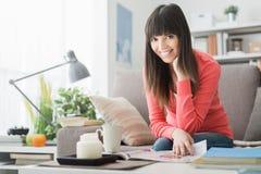 Femme détendant à la maison photo libre de droits