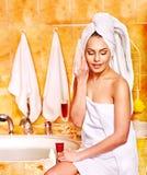 Femme détendant à la maison le bain. Photo stock