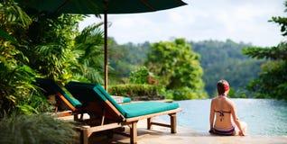 Femme détendant à la piscine Images stock
