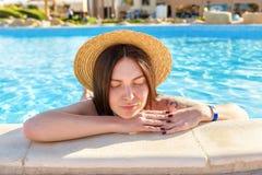 Femme détendant à la piscine Photographie stock
