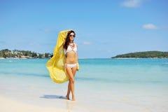 Femme détendant à la plage, appréciant la liberté d'été Photos stock