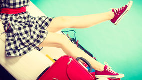 Femme détendant après emballage de la valise pour des vacances photographie stock