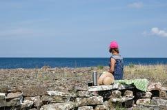 Femme détendant avec la pause-café par la côte image libre de droits