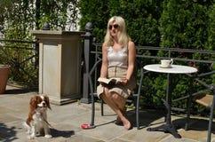 Femme détendant avec le chienchien Photos stock