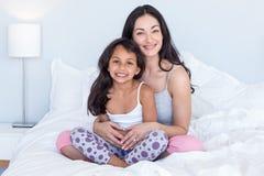 Femme détendant avec sa fille Photos stock