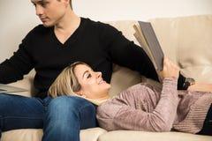 Femme détendant avec son ami à la maison Photo libre de droits