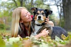Femme détendant avec son berger allemand Dog le jour d'automne Images stock