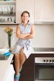 Femme détendant brillamment à la cuisine images stock