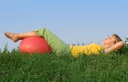 Femme détendant dans l'herbe images libres de droits