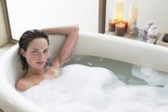 Femme détendant dans la baignoire Image stock