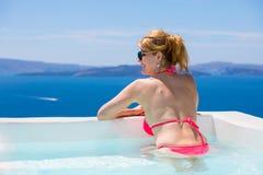 Femme détendant dans la baignoire dans méditerranéen image stock
