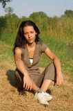 Femme détendant dans la campagne Image libre de droits