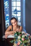 Femme détendant dans le bain avec des fleurs, soins de la peau organiques, hôtel de luxe de station thermale, photo de mode de vi photographie stock