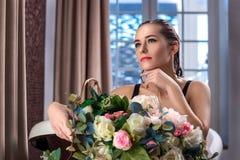 Femme détendant dans le bain avec des fleurs, soins de la peau organiques, hôtel de luxe de station thermale, photo de mode de vi photographie stock libre de droits