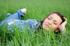 Femme détendant dans le domaine Image libre de droits