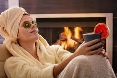 Femme détendant dans le masque facial Photo libre de droits