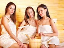 Femme détendant dans le sauna. Image libre de droits