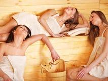 Femme détendant dans le sauna. Images stock