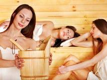 Femme détendant dans le sauna. Photos stock