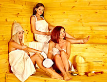Femme détendant dans le sauna. Photos libres de droits