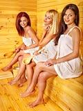 Femme détendant dans le sauna. Photographie stock