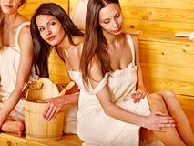 Femme détendant dans le sauna. Photographie stock libre de droits