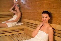 Femme détendant dans le sauna Photographie stock libre de droits