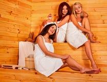 Femme détendant dans le sauna Photo libre de droits