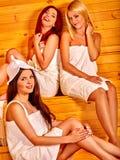 Femme détendant dans le sauna Photos stock
