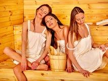 Femme détendant dans le sauna Photos libres de droits