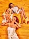 Femme détendant dans le sauna Image stock