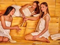Femme détendant dans le sauna Image libre de droits