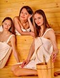 Femme détendant dans le sauna Photo stock