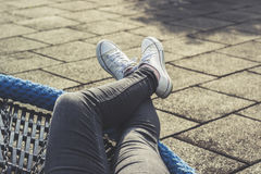 Femme détendant dehors, se trouvant, jambes croisées Images stock
