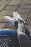 Femme détendant dehors, se trouvant, jambes croisées Photos stock