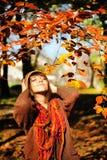 Femme détendant en parc d'automne photographie stock