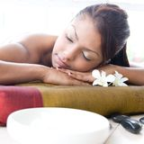 Femme détendant et appréciant un jour à la station thermale Image libre de droits