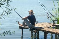 Femme détendant et pêchant sur le lac Image libre de droits