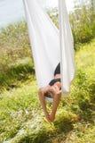 Femme détendant et pratiquant le yoga anti-gravité à l'arbre Images stock