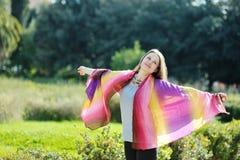 Femme détendant et souriant Photographie stock