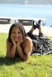 Femme détendant par la mer Photo libre de droits