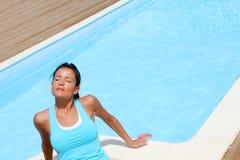Femme détendant par la piscine Photo libre de droits