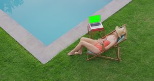 Femme détendant sur la chaise dans l'arrière-cour 4k banque de vidéos